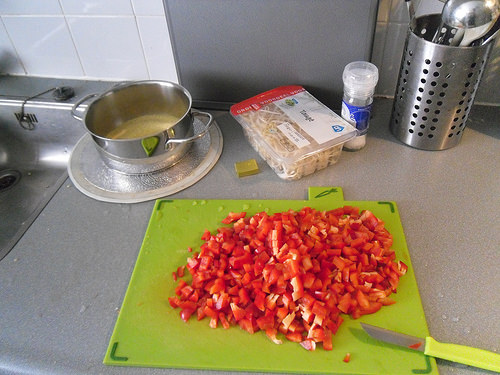 Cutting-the-red-bell-pepper